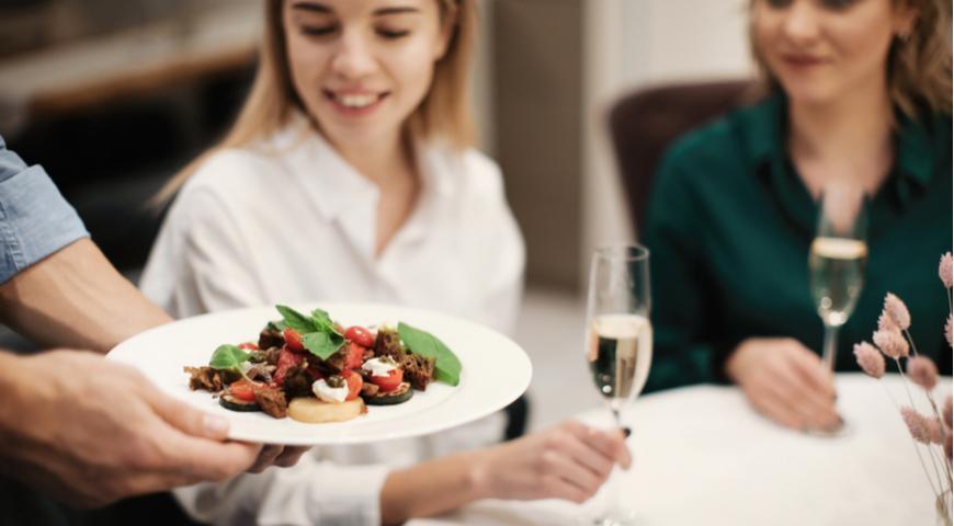 едим по совету официанта в местном ресторане