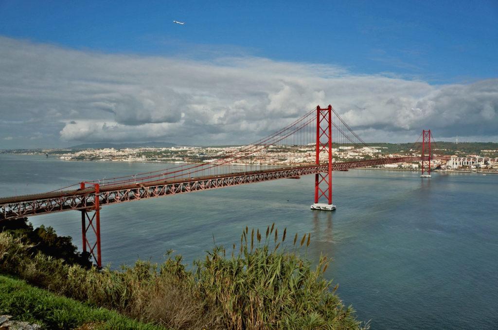 мост 25 апреля в Португалии