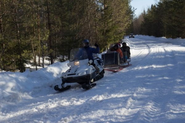 катание на снегоходах по полям и заброшенным селам