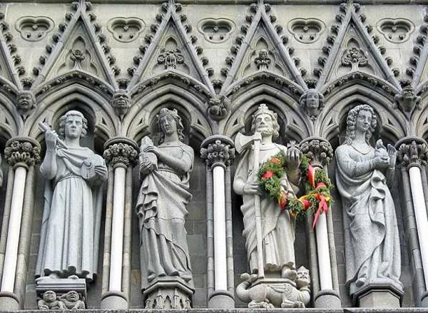 фигуры королей и святых